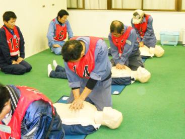 心肺停止を想定し人口呼吸の訓練も実施しています。