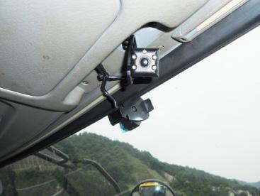 デジタコ/ドライブレコーダーを装着し、確認をしています。